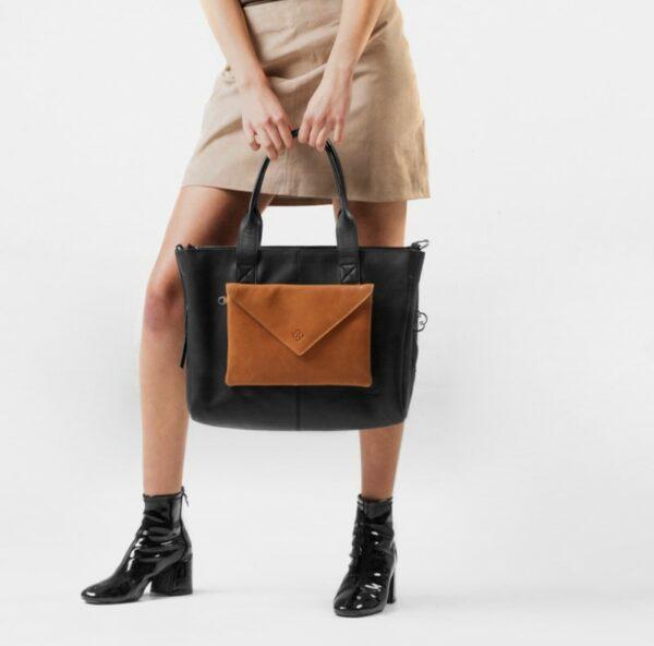 chalrose-envelop-clutch-cognac-city-bag-zwart