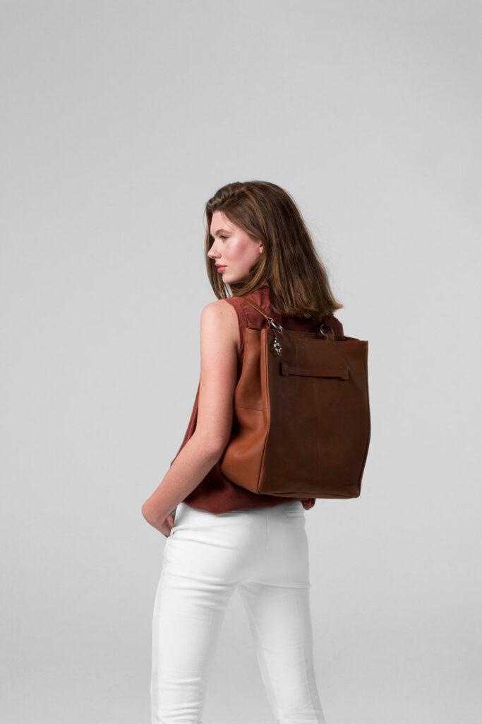 chalrose-back-shopper-terracotta tas op model